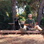 Labrador Retriever nero Doxy e Fabrizio seduti a terra