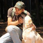 Labrador Retriever Rocheby giallo insieme a Fabrizio prima di un riporto
