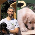 Cucciolo nero di Labrador Retriever insieme a Fabrizio durante una fiera