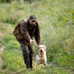 Labrador Retriever Lois giallo insieme a Fabrizio durante di un riporto
